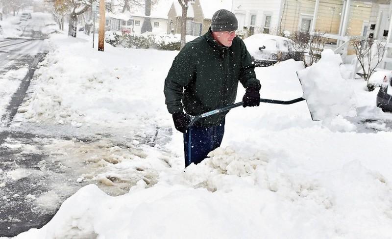 Там тоже вооружились лопатами, хотя дети радуются: в штате Нью-Йорк – рекордный снегопад