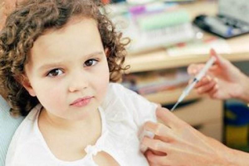 Опрос: Каждый пятый украинец выступает против вакцинации детей