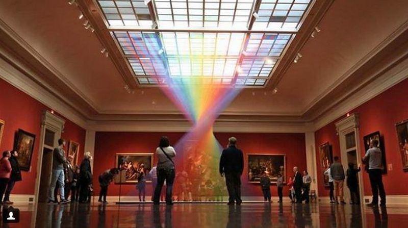 Художник создает радуги