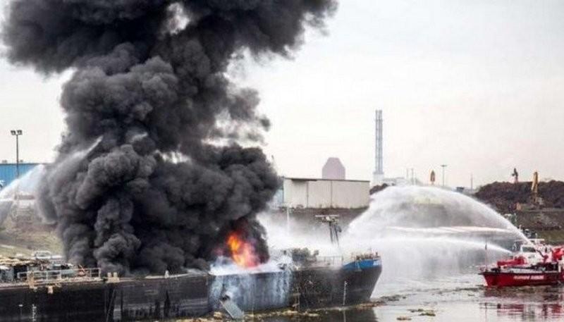 В Пакистане решили порезать старый нефтетанкер на металл: после взрыва осколки раскидало на 2 км