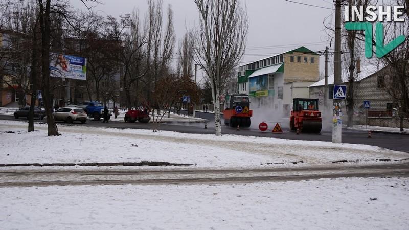 Снег и мороз нам не помеха: на улице Белой в Николаеве решили уложить асфальт