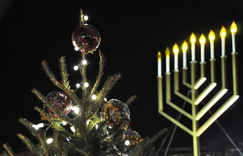 Хороших вам праздников: католики и протестанты празднуют Рождество, иудеи – Хануку
