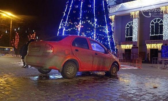 В Мариуполе пьяный полицейский чуть не снес городскую елку