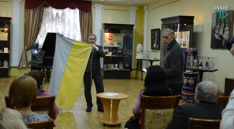 В краеведческий музей передали флаг судна, спущенного на воду в Николаеве 25 лет назад