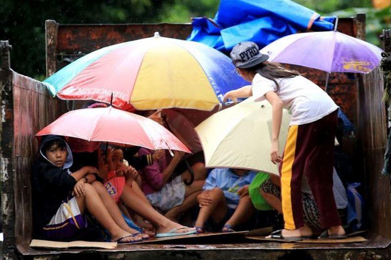 Рождество пришло на Филиппины с мощным тайфуном. 100 тысяч человек эвакуированы