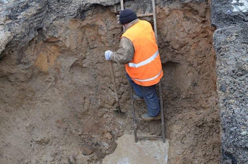 В Николаеве микрорайон ЮТЗ без воды, из-за высоковольтного кабеля не могут устранить утечку