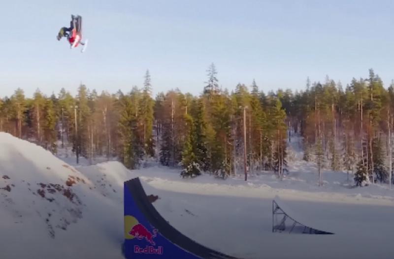 Шведский экстремал первым в мире совершил двойное обратное сальто на снегоходе
