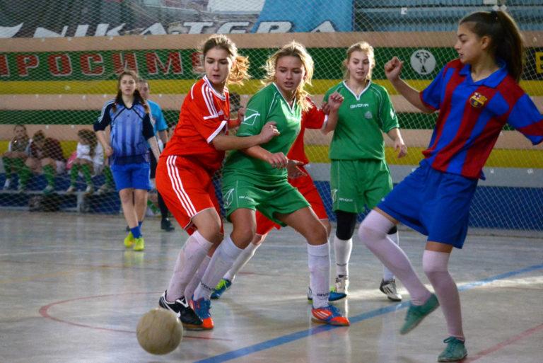 Девочки играют в футбол: в Николаеве прошел «Рождественский турнир»