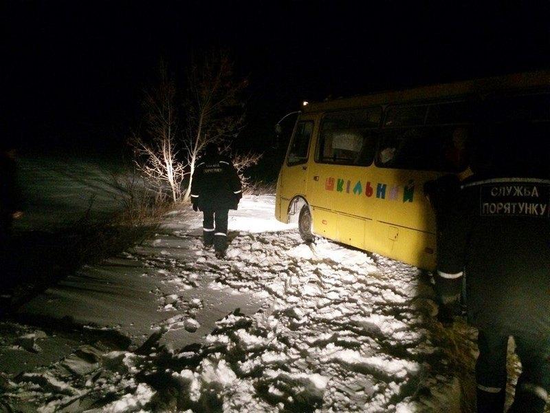 В Запорожской области из снежного плена вызволили школьный автобус с детьми
