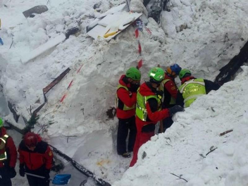 Погребенный под снегом отель в Италии: точно погибли пятеро, 11 удалось спасти