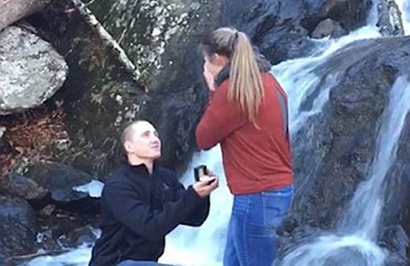 Предложение руки и сердца на берегу водопада – романтично, конечно. А вот если кольцо уронят?