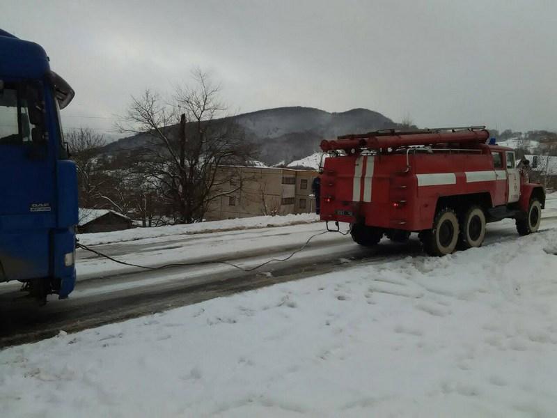Закарпатье накрыло снегом: на 4 автодорогах затруднен проезд, уже 15 авто вызволили из снежного плена
