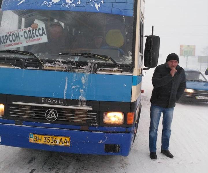 Николаевщина в снежном плену: водители маршруток пытаются прорваться на Одессу