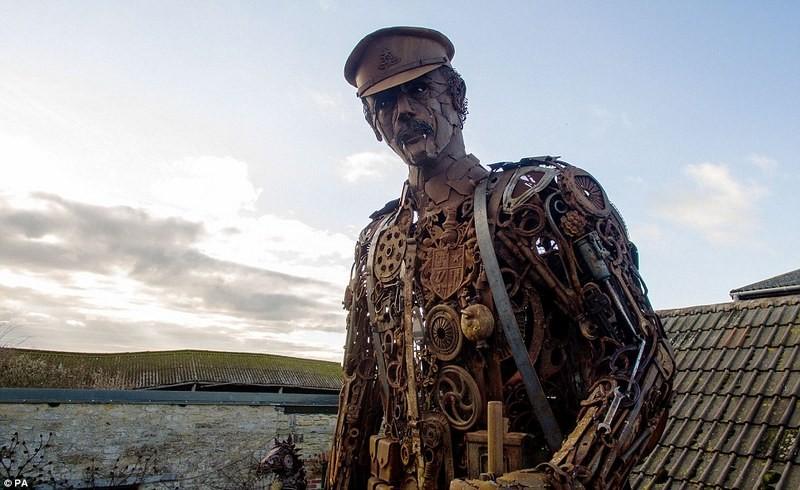 Это впечатляет: в Англии создали 20-футовую скульптуру солдата Первой Мировой войны из металлолома