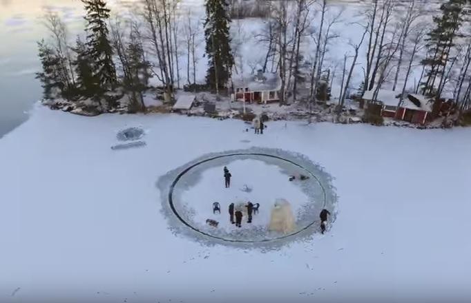 Вырезал круг, прицепил мотор. Финн сделал карусель прямо на льду