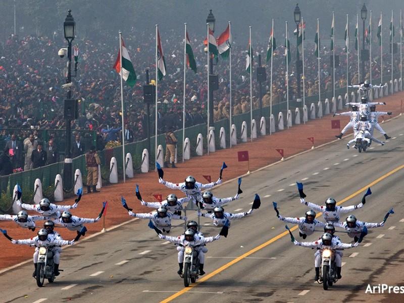 В Дели на параде в честь Дня Республики показали себя акробаты на мотоциклах