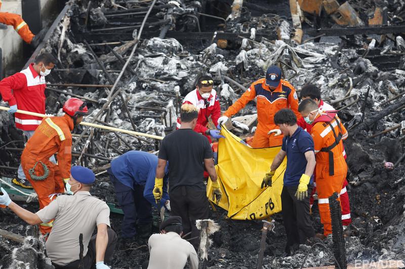 В Индонезии сгорело прогулочное судно. 5 погибших, много раненых