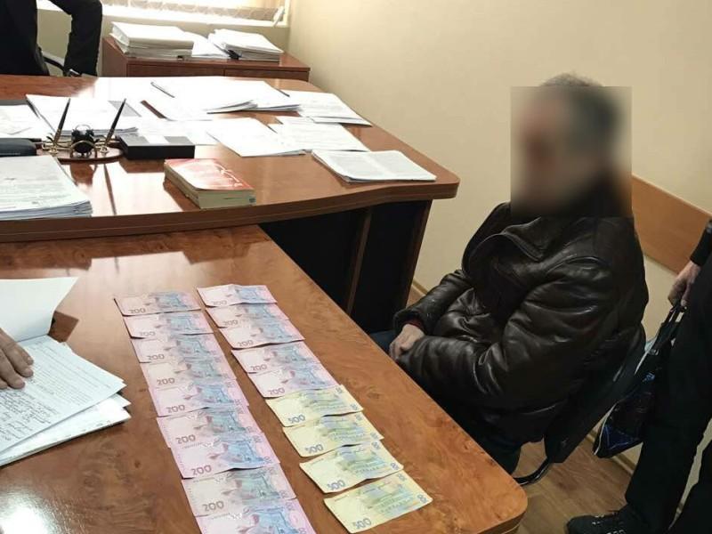 В Березанке прокурору пытались дать взятку. Не взял