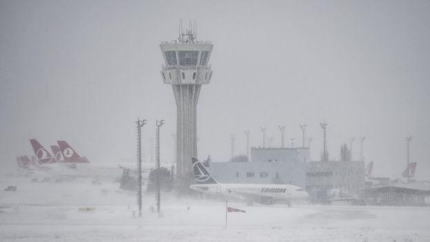Босфор закрыт, авиарейсы отменены – Турция в снежном плену