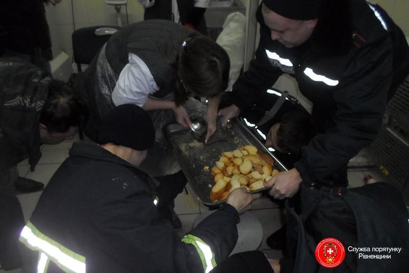 В магазине «СИЛЬПО» в Ровно спасатели освобождали руку 19-летней работницы из мясорубки