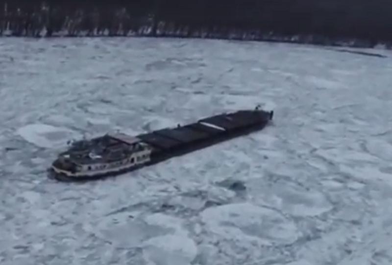 В Румынии на Дунае замерз сухогруз. Оказавшийся в ледяном плену экипаж подкармливают с воздуха