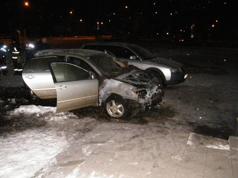 На проспекте Героев Украины должны были сгореть две машины? Николаевская полиция подозревает поджог