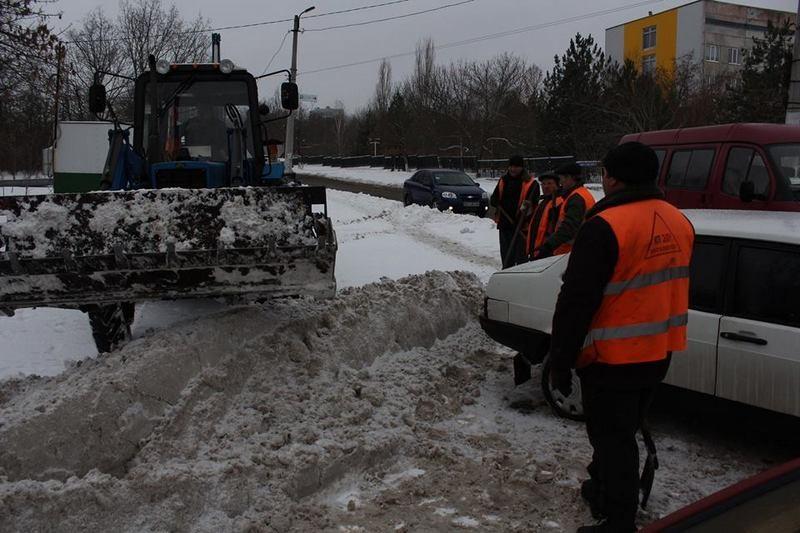 КП «ЭЛУ автодорог» просит николаевцев убрать с дорог припаркованные авто