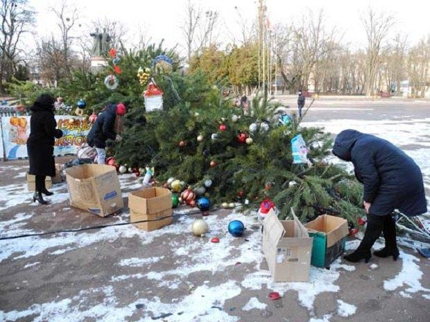 В Переяслав-Хмельницком упала новогодняя елка