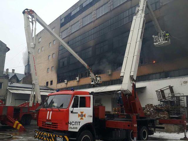 Во Львове масштабный пожар — горит завод «Электрон». 5 пожарных госпитализированы