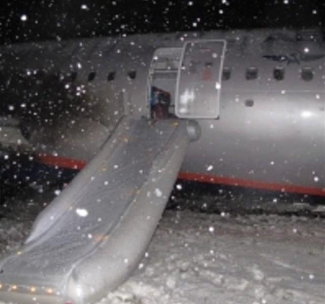 У самолета рейса Москва-Калининград оторвалось шасси. Людей эвакуировали по надувным трапам