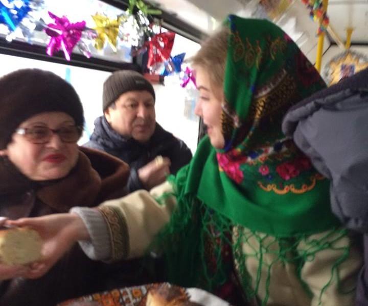 И колядки послушать, и каравая отведать: по Николаеву курсировал «Святочный троллейбус»
