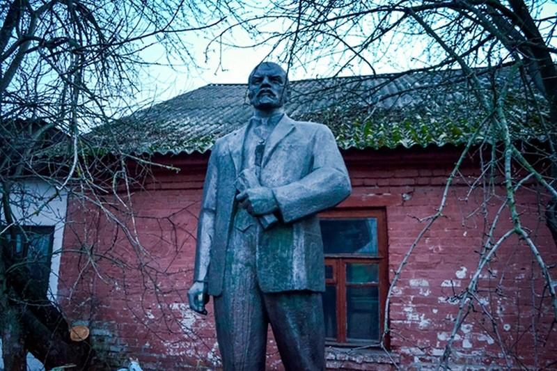В Нежине памятник Ленину решили продать с аукциона