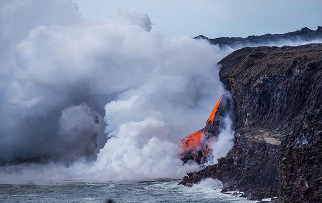 На Гавайях рухнул в океан действующий вулкан Килауэа. Вместе со смотровой площадкой