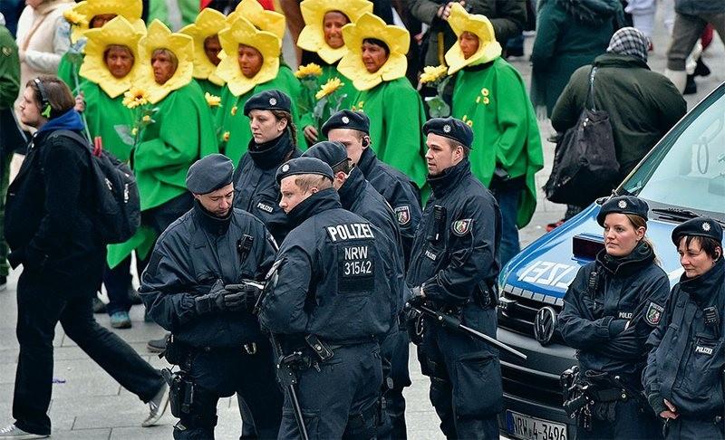 Чтобы не повторилось массовое насилие. В Кельне полицейские за ночь проверили более тысячи человек