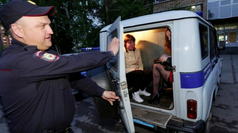 В Москве в ходе облавы проститутки избили полицейского кастрюлей и изнасиловали страпоном