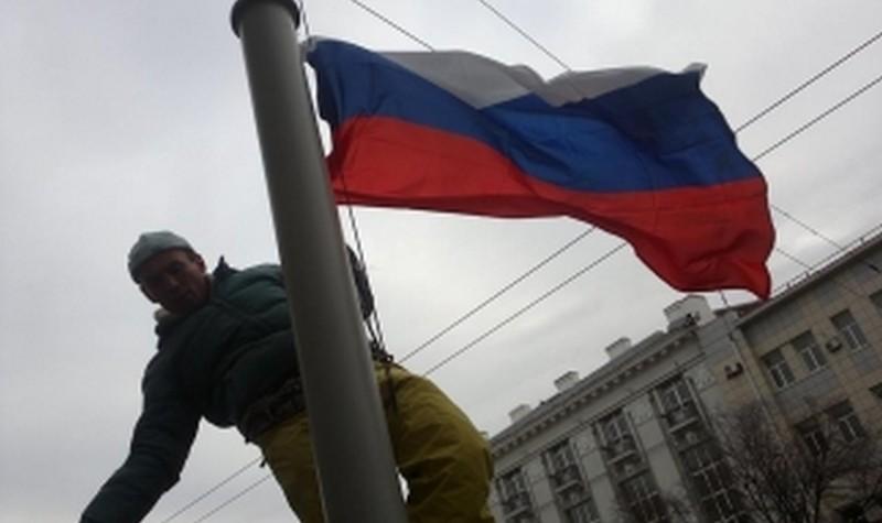 В центре Севастополя мужчина пытался сжечь флаг РФ