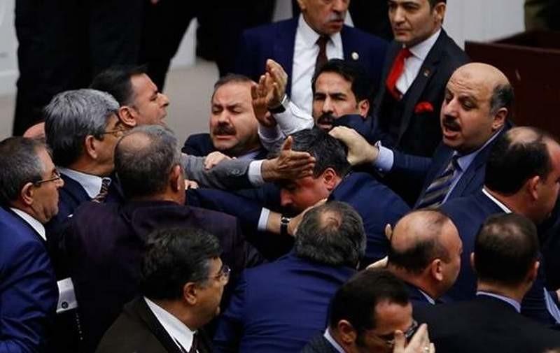 Турецкие парламентарии ломали носы и кидались стульями: спорили о будущей конституции
