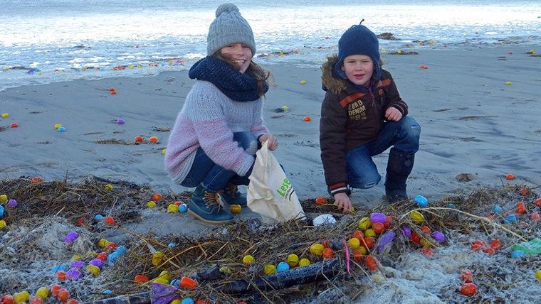 На берег немецкого острова море выбросило 100 тысяч киндер-сюрпризов с инструкцией на русском языке
