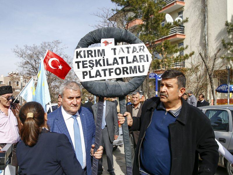 Kırım Tatarları, Kırım'ın işgal edilmesinin 3. yılı dolayısıyla Rusya'nın Ankara Büyükelçiliği önüne siyah çelenk bıraktı. Kırım Tatar Teşkilatları Platformu tarafından Rusya'nın Ankara Büyükelçiliği önünde, Kırım'ın işgal edilmesinin 3. yılı dolayısıyla bir eylem gerçekleştirildi. Türkiye'nin çeşitli illerinden gelerek büyükelçilik önünde toplanan Kırım Tatarları, Rusya'yı protesto etti. Basın açıklamasının ardından grup, elçilik önüne siyah çelenk bırakarak elçiliğin posta kutusuna hazırladıkları bildiriyi bıraktı. ( Ahmet İzgi - Anadolu Ajansı )