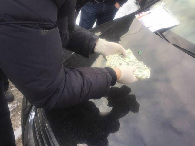 Помощник нардепа попался на взятке в 10 тыс. долларов