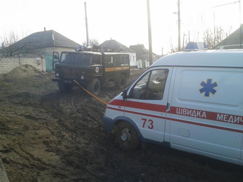 И еще раз о дорогах: в Вознесенске спасателям пришлось вытаскивать «скорую», застрявшую в грязи