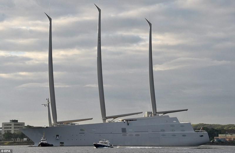 Это стоит увидеть: самую большую в мире яхту спустили на воду в Германии