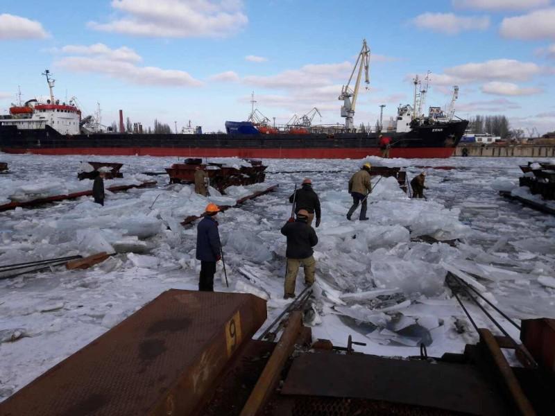В Херсоне корабелы руками выгребали лед, пытаясь поднять судно в док на ремонт