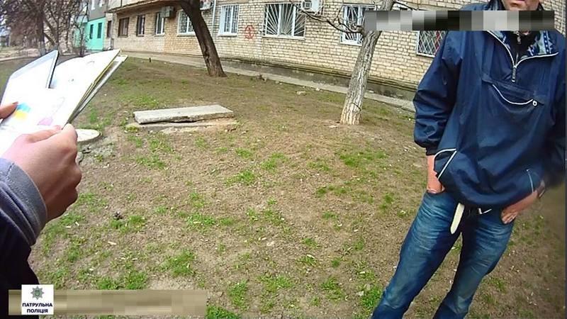 По улицам Николаева пьяный гражданин ходил с двумя паспортами – с настоящим и поддельным
