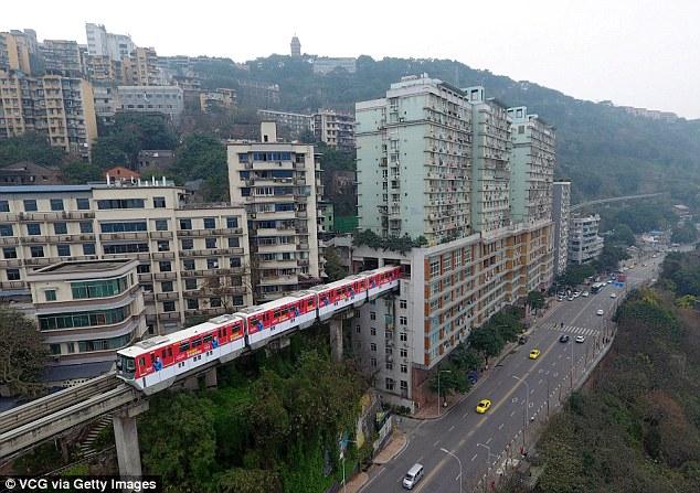 Нам такое и не снилось. В Китае поезд идет через 19-этажный жилой дом