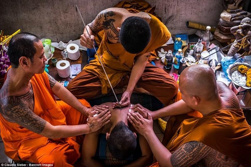 Re-INK-arnation! Тысячи буддистов обновляют свои татуировки на священном духовном фестивале