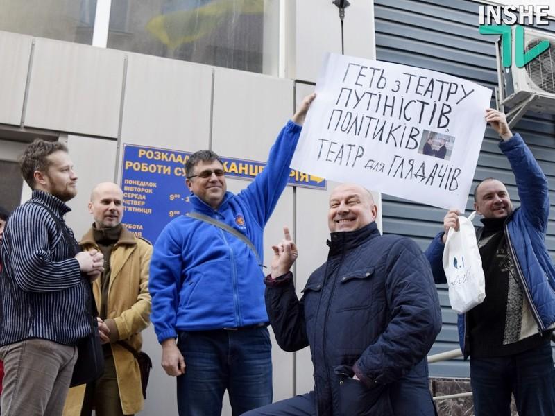 «В чем я вам не угодил?» — директор Николаевского русдрама фотографировался на фоне плакатов со средним пальцем и спорил с общественниками