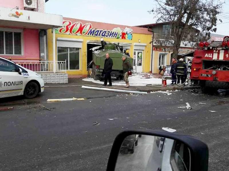 На въезде в Николаев военный бензовоз протаранил зоомагазин