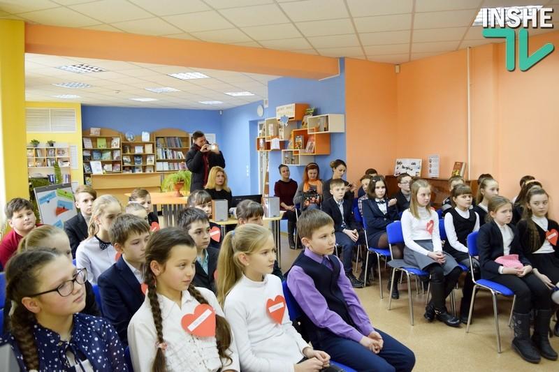 Посылка с фронта: николаевские школьники получили от бойцов АТО в знак благодарности флаг с автографами