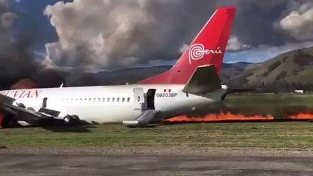 В Перу во время вынужденной посадки загорелся самолет с пассажирами